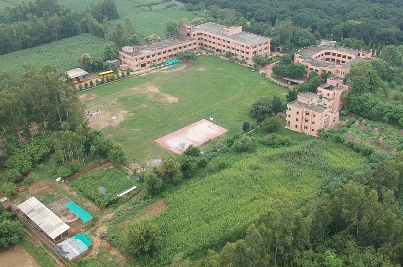 De campus van de Sint-Antoniusschool in Dugawar (Uttar Pradesh, India).