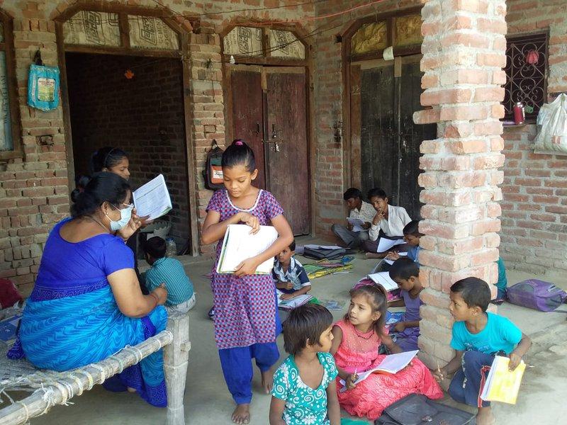 Leerkrachten die op de campus van de school wonen trekken naar de dorpen op er kinderen te helpen bij hun studie.