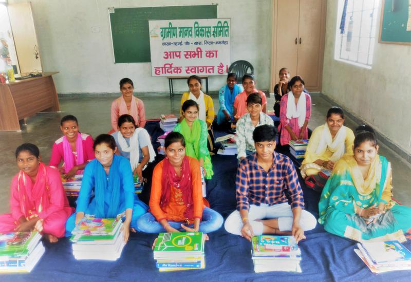 Distribution des livres scolaires. Deepa devait, elle aussi, faire partie de ce groupe de filles parrainées par l'Œuvre des pains. Elle devait terminer ses études secondaires cette année.