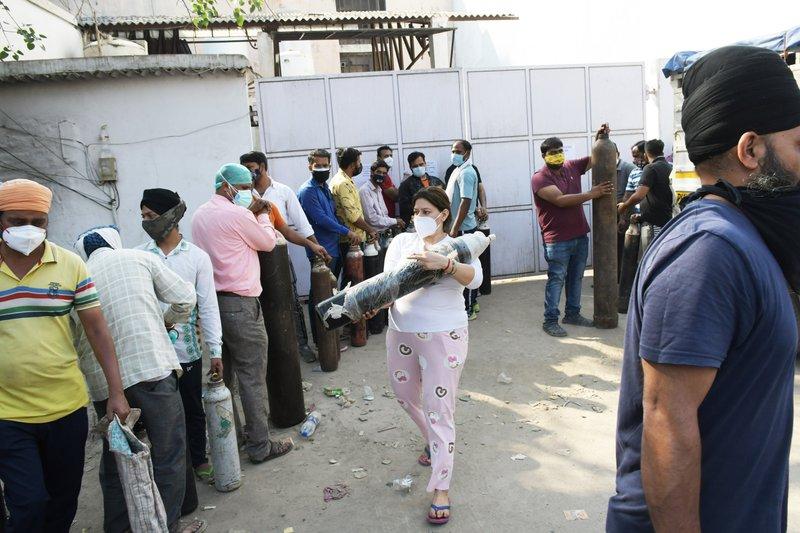 In Delhi staan families van covidepatiënten in de rij om de zuurstofflessen te vullen die nodig zijn om hun patiënten in leven te houden. De ziekenhuizen van Delhi hebben zelf een tekort aan zuurstof.
